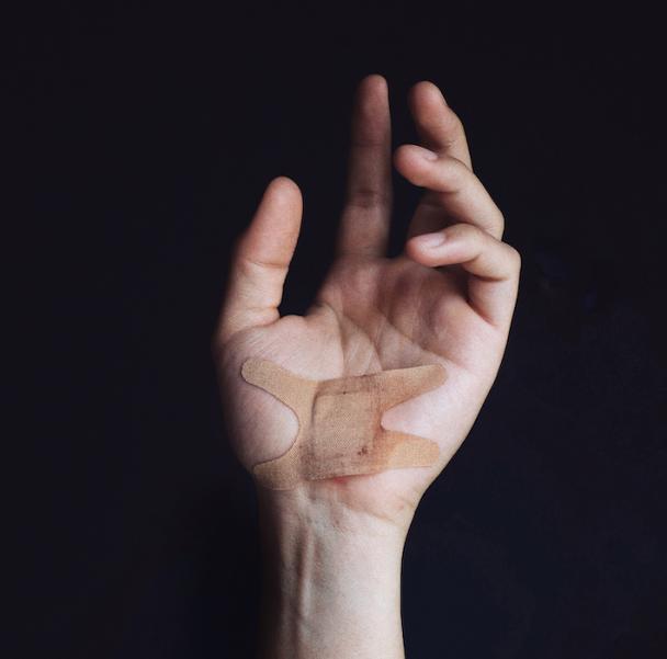 Γιατί όταν νιώθω ένα δυσάρεστο συναίσθημα, θέλω να προκαλώ πόνο στον εαυτό μου;